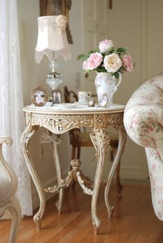 Pink roses, gilded table, floral sofa, Shabby Chic & French Country are similar design styles. A dab of Paris somewhere turns what's shabby chic into French Chic. Shabby Chic Mode, Shabby Chic Style, Shabby Chic Decor, Shabby Chic Furniture, Vintage Furniture, Painted Furniture, Decoration Bedroom, Decoration Table, Cottage Chic