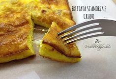 La frittata scamorza e crudo è un secondo piatto decisamente buono: le uova ed il latte fanno da scrigno ad un ripieno filante e saporito.