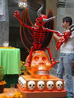 Mexico Day Of The Dead, Day Of The Dead Art, Mexico Art, Danse Macabre, Altered Boxes, Mexican Folk Art, Weird And Wonderful, Yule, Artist At Work