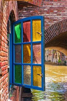 Janela refletindo nos vidros, várias e diferentes cores