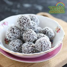 Date & pecan bliss balls Can sub walnuts for pecans. Need to find somewhere that sells coconut oil!