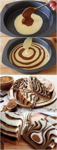 ESSE BOLO ALÉM DE FÁCIL DE PREPARAR É MUITO LINDO!!❤️ VEJA AQUI>>>Untar e enfarinhar uma forma de 23 cms de diâmetro. No centro da forma , colocar uma colher (de sopa) de massa mais clara. #receita#bolo#torta#doce#sobremesa#aniversario#pudim#mousse#pave#Cheesecake#chocolate#confeitaria