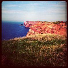 """""""Helgoland"""" ist eine Insel mitten in der """"Nordsee"""" die ein Touristen Magnet ist. Denn diese Insel hat nicht nur tolle """"Souvenirs"""" und außergewöhnlich Fels-Klippen. Die Geschichte dieser Insel reicht biss an das 1.000 n.Chr., und das merk man, wenn man """"Helgoland"""" ein oder Zweimal besucht hat und an eine Inseltur teil genommen hat. Urlaub machen ist auf Helgoland kein Din, auf den Dünen und auf der Insel hat man genügend möglichkeiten zu übernachten und den Tag zu verbringen. Aber wenn man da…"""