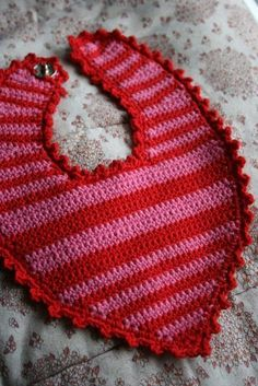 strik bed elsk: page has to be translated but it is fairly easy to understand ~ FREE - CROCHET Crochet Baby Bibs, Crochet For Boys, Crochet Gifts, Crochet Clothes, Baby Knitting, Free Crochet, Free Baby Patterns, Baby Barn, Bib Pattern
