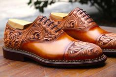 Art and shoes made of cowhide, beautiful and creative - Mannlic .- Kunst und Schuhe aus Rindsleder, schön und kreativ – Mannliches Parfum Cowhide art and shoes, beautiful and creative, - Mens Casual Dress Shoes, Formal Shoes For Men, Leather Dress Shoes, Mens Fashion Shoes, Men Casual, Men Dress Shoes, Dress Fashion, Fashion Rings, Men's Shoes
