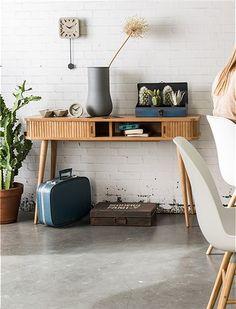 Der Konsolentisch aus Eschenholz verbirgt zwei Fächer hinter seinen Schiebetüren. Elegant, aufwendig gearbeitet, jetzt anschauen bei car-Moebel.de!