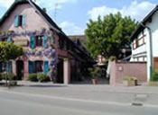 Flammkuchen 15 min. ausserhalb von Strassburg : Le Marronnier  - Etwa 15 Autominuten vom Zentrum im Dörfchen Stutzheim Hausmannskost und tarte flambée in bester Qualität. Das Restaurant ist gemütlich mit schönen alten Bauernmöbeln eingerichtet. Im Sommer sitzt man in einem Hof unter den namengebenden Kastanien im Schatten. 18, Route de Saverne | außer So mittags geschl. | Tel. 0388698430 | €-€€