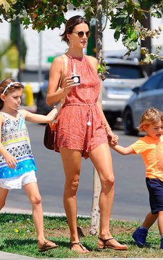 Alessandra Ambrosio usa macaquinho com rasteirinha no verão