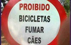 Este aviso que proíbe as bicicletas de fumar cães.
