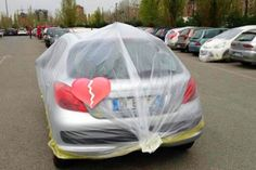 """Fiat fa guerrilla marketing e impacchetta le auto straniere dei dipendenti - """"Vederti con un'altra ci ha spezzato il cuore... Ma nonostante ciò continuiamo a pensare a te""""  http://www.auto.it/2014/04/09/fiat-guerrilla-marketing-impacchetta-le-auto-straniere-dei-dipendenti/20647/"""