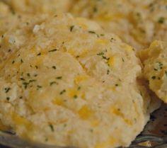 Galletas saladas de ajo y queso cheddar. http://www.saborcontinental.com/2014/02/galletas-saladas-de-ajo-y-queso-cheddar/