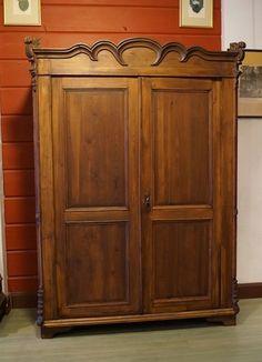 Tummanruskea talonpoikaisvaatekaappi 1860-luvulta. Kunnostettu.    Mitat: lev. 141 cm, kor. 188 cm ja syv. 61 cm.