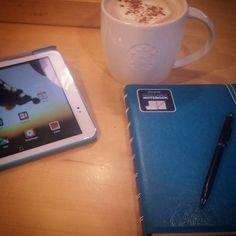 die Wartezeit überbrücken und ein paar Aufgaben erledigen... und zwar mit meinem neuen Notizbuch  #starbucks #ventilatte #tablet #huaweit1-10 #filofax #newin #notebook by fresa_on_insta