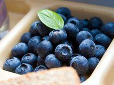 BLAUWE BESSEN - Bomvol antioxidanten - ontstekingsremmend -  cholesterolverlagend - gunstige invloed op de bloedsomloop en hart en bloedvaten, de lever en galblaas - nauwelijks vet of natrium - zorgen voor een goede spijsvertering - rijk aan vitamines, vezels en mineralen - neutraliseren de zogenaamde 'vrije radicalen' - helpt bij het afvallen vertraagt het verouderingsproces -  beschermt tegen 'oxidatieve stress'.