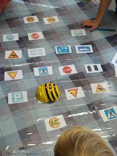 Beebot liikennemerkit  Oppilaat värittävät kuvat - oppilas kääntää liikennemerkin selitysliuskan ja ohjelmoi Beebotin sitä vastaavan liikennemerkin luo. Kids Rugs, Science, Teaching, Bee, Bees, Flag, Learning, Education, Science Comics