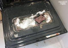 Heb jij een vieze oven? Maak het gemakkelijk schoon met deze schoonmaak tip! Verwarm de oven voor op 70 graden. Kook in de tussentijd een pan met water. Wanneer de oven op 70 graden zit kan je deze uitzetten. Doe een kop ammonia in een ovenschaal en leg deze bovenin de oven.Zet de pan met kokend water onder de ovenschaal met ammonia. Doe de ovendeur dicht en laat dit een hele nacht staan.   De volgende dag doe je de oven open en haal je de pan en de schaal eruit. Haal alle rekken eruit en…