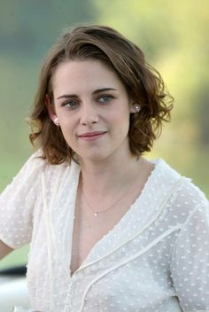 """Kristen Stewart in """"Café Society"""" Director: Woody Allen. Kristen Stewart Hair, Kirsten Stewart, Curly Hair Styles, Natural Hair Styles, Hollywood Celebrities, Hair Today, Beautiful Actresses, Hair Looks, Bob Hairstyles"""