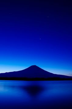 Fuji, Japan in cobalt Beautiful World, Beautiful Places, Beautiful Flowers, Beautiful Pictures, Monte Fuji, Love Blue, Blue Aesthetic, Electric Blue, Midnight Blue