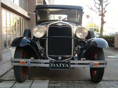 フォード/モデルA 1930年式 モデルTに続き、1927年に登場したModel A。'27年10月20日~'31年までに製造された。クーペ、コンバーチブルの他にトラックもあり、36種類のボディスタイルが存在。当時の価格帯も385㌦~1400㌦のロードスターまで幅広かった。エンジンは3300ccの4気筒水冷L型ヘッド。40馬力で最高時速105㌔。リアビューミラーはオプションだった。安全ガラスを採用した最初の車。米国で人気を博したので、欧州(主に英国とドイツ)でも販売された。英国では、エンジンの大きさにより課税されたので、2033ccのModel Aを生産したが、他の欧州諸国において は懲罰的な課税24£が追徴されるなど 評判を落とし、欧州での販売は成功しなかった。当時の最も一般的な車の一つだったので、過去も現在もメディアに登場する回数は多い。2000年代では、Model Aのモデルキットは、ストックカーやホットロッドなど、趣味のお店で人気が出た。
