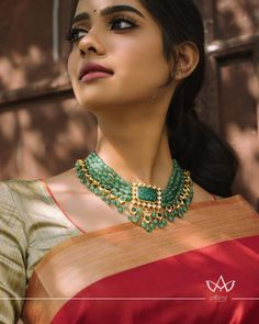 Check out this pretty grean beaded short necklace by the brand Aarni by Shravani. Indian Jewelry Earrings, Jewelry Design Earrings, Emerald Jewelry, Bead Jewellery, Gold Jewelry, Wedding Jewelry, India Jewelry, Diamond Jewellery, Wedding Accessories