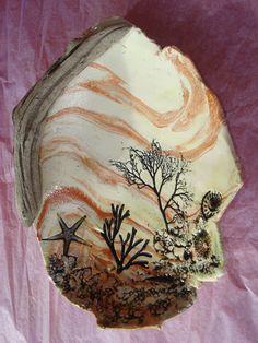 nériage d'argile, empreintes d'algues, coquillages, étoile de mer... et bois flotté En vente sur ma boutique ALM: http://www.alittlemarket.com/vaisselle-verres/fr_ceramique_coupe_avec_impressions_marines_et_bois_flotte_-12699085.html