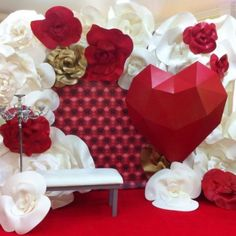 Discover thousands of images about Paper flowers Party Decoration, Valentine Decorations, Wedding Decorations, Giant Paper Flowers, Big Flowers, Photos Booth, Diy And Crafts, Paper Crafts, Paper Flower Backdrop