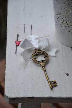 Anstecker, Bouttoniere mit Schlüssel *vintage* von MY bouquet auf DaWanda.com Boutonniere, Marie, Vintage, Craft Gifts, Hair Ornaments, Mariage, Vintage Comics, Primitive