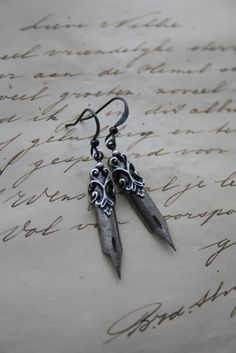 INSPO: PEN NIB EARRINGS Vintage Pen Earrings Dip pen Fountain Pen by poppenkraal on Etsy, €17.50