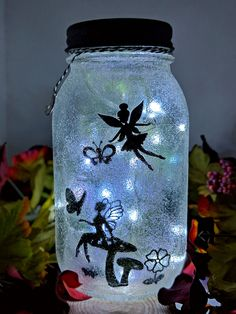 Who amongst us isn't a fan of fairy tales and enchanted stories? Glowing fairy jars look enchanting. Here are best diy fairy jar ideas for you. Mason Jar Flowers, Mason Jar Crafts, Mason Jar Lamp, Diy Flowers, Diy Home Decor Projects, Diy Projects To Try, Craft Projects, Mason Jar Picture, Led Fairy Lights