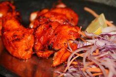 """Chic, du poulet tikka !  Le délicieux poulet tikka, mariné et grillé, se consomme avec quelques gouttes de citron. Il se décline aussi en fish tikka pour le poisson, voire en paneer tikka pour les végétariens (le paneer, qui se prononce """"panir"""", est un fromage compact et friable, à la consistance proche de la feta et au goût moins prononcé, parfois si absent qu'il se rapproche du tofu)."""