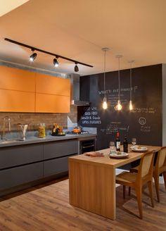 Apartamento do solteiro loft cinza com laranja cozinha