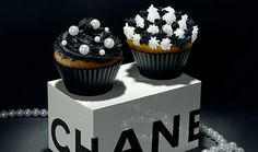 Fashion Cupcakes ~ Chanel OMG, so cute! I am going to have to try and make these! Bolo Chanel, Chanel Cake, Chanel Party, Chanel Wedding, Cupcakes Chanel, Cupcakes Cool, Wedding Cupcakes, White Cupcakes, Pearl Cupcakes