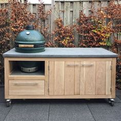 Big Green Egg Outdoor Kitchen, Big Green Egg Table, Build Outdoor Kitchen, Outdoor Kitchen Design, Diy Home Furniture, Diy Outdoor Furniture, Garden Bbq Ideas, Bbq Stand, Grill Table