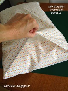 Sewing for the home, accessible to all, beginner level Sew a RECTANGULAR TAIE of 47 cm wide x 68 cm long, with a … Source by Coin Couture, Couture Sewing, Sewing Hems, Sewing To Sell, Techniques Couture, Sewing Techniques, Patchwork Baby, Scrap Material, Patchwork Natal
