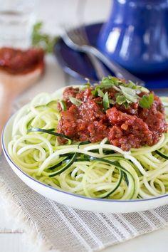Ook deze echte Italiaanse klassieker is prima na te maken met een Paleo voedingspatroon. De saus maak je met heerlijk verse ingrediënten, en de spaghetti? Die maak je van courgette! Heel simpel, met een spiraalsnijder… Paleo Spaghetti, Paleo Pasta, Spaghetti Bolognese, Zucchini Spaghetti, Pureed Food Recipes, Healthy Diet Recipes, Healthy Cooking, Healthy Eating, Healthy Diners
