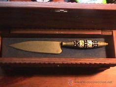 Knife, cuchillo canario, empuñadura en asta y hueso, años 40, con caja de pino canario labrada