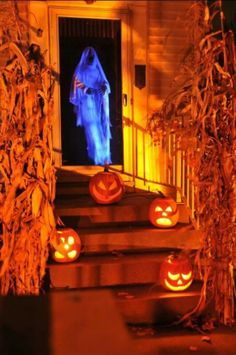 Being limited on budget doesn't mean you will have to by pass on amazing Halloween decorations. We've got a excellent round up of frightening halloween decor you can try. 40 Easy to Make DIY Halloween Decor Ideas - Page 31 of 41 - DIY & Crafts. Halloween Prop, Halloween Outside, Halloween Front Doors, Halloween Forum, Halloween Door Decorations, Outdoor Halloween, Holidays Halloween, Halloween Crafts, Happy Halloween