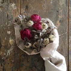 布花。 ビビッドピンクのラナンキュラス。 白詰草とショートケーキブーケ #flower #flowers #flowerarrangement #art #antique #photograph #interior #rose #simple #handmade #handwork #bouquet #布花#花束#ラナンキュラス#白詰草#クローバー#春#リネン#手仕事