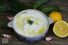 Sos Tzatziki Tzatziki, Camembert Cheese, Icing, Deserts, Food And Drink, Cooking Recipes, Yummy Food, Pineapple, Salads