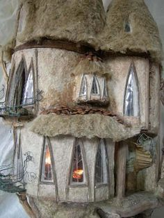 Felted dollhouse - tiny tree house by penny thomson - up close Fairy Land, Fairy Tales, Kobold, Fairy Houses, Doll Houses, Miniature Houses, Miniature Dolls, Wet Felting, Needle Felting