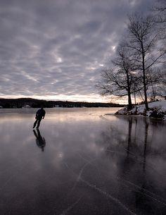Natural ice rink ice skating on a reflective frozen lake Winter Szenen, I Love Winter, Winter Magic, Descente Ski, Protection Moto, Winter Beauty, Ice Hockey, Figure Skating, Winter Wonderland