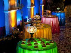Festa colorida: mesas ganham iluminação especial