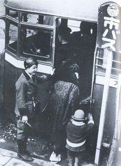 1928年(昭和3年)。大阪市営バスの女性車掌さんたちです。 https://pbs.twimg.com/media/DRS6c1UVAAAIPrk.jpg