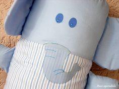 Muito macio, feito todo em percal (tecido 100% algodão), este naninha vai ser um ótimo companheiro para seu bebê na hora de dormir. O rosto do elefante é todo bordado, não tendo nenhum elemento que se desprenda e o enchimento é antialérgico, anti-mofo e antibacteriano. Sua capa é removível para l...