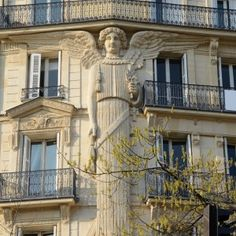 Angel of rue de Turbigo. The rue de Turbigo is part of the St Martin district, not an aristocratic area like its neighbor le Marais. Art Nouveau, Amazing Architecture, Architecture Details, Monuments, Patio Interior, Studio Interior, Beautiful Paris, Paris Photos, Beautiful Buildings