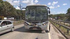 Dois ônibus, um caminhão e uma van se envolvem em engavetamento  Acidente aconteceu na PE-60, próximo ao município de Ipojuca, PE.   Ninguém ficou ferido; trânsito ficou lento na rodovia por mais de três horas.  Dois ônibus, um caminhão e uma van se envolveram num engavetamento na rodovia PE-60, na manhã desta terça-feira (5). O acidente foi por volta das 6h30. De acordo com o Batalhão da Polícia Rodoviária Estadual, o motorista do ônibus que levava trabalhadores para Suape bateu atrás de..