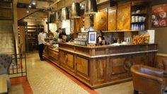 Kawiarnia Green Cafe Nero w Warszawie przy ul. Jana Pawła II 117. Użyto płytek cementowych  Articima nr 452 wykończonych borderem z płytki jednobarwnej nr M59.