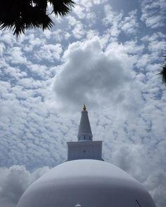 Hay días en los que tienes que dar las gracias a ese maravilloso cielo que llega en el momento oportuno en el sitio indicado. Hoy ha sido un día agotador! Pero #anuradhapura nos ha enamorado. #srilankamehizoami con #motoretta