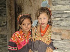 Kalash are indigenous people in the Chitral District of Pakistan. This unique tribe managed to preserve their Indo-European roots and traditions in the heart of Islamic world. Many of them look Nordic, practice pantheism and speak an atypical language. Beautiful Children, Beautiful People, Beautiful Women, Beautiful Eyes, Kalash People, Alexander The Great, Folk Costume, Costumes, Tribal Fashion