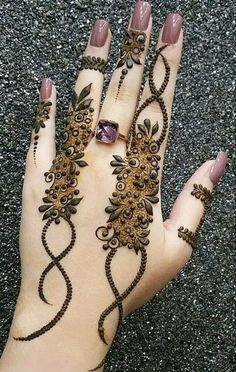 Simple Mehendi designs to kick start the ceremonial fun. If complex & elaborate henna patterns are a bit too much for you, then check out these simple Mehendi designs. Henna Hand Designs, Eid Mehndi Designs, Mehndi Designs Finger, Latest Arabic Mehndi Designs, Stylish Mehndi Designs, Mehndi Designs For Girls, Mehndi Design Photos, Mehndi Designs For Fingers, Beautiful Mehndi Design